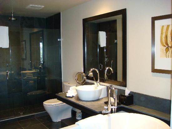 Black Rock Oceanfront Resort: Bathroom