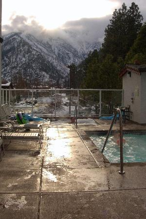Bavarian Lodge: Pool, one jaccussi with backdrop of Cascade Mountains