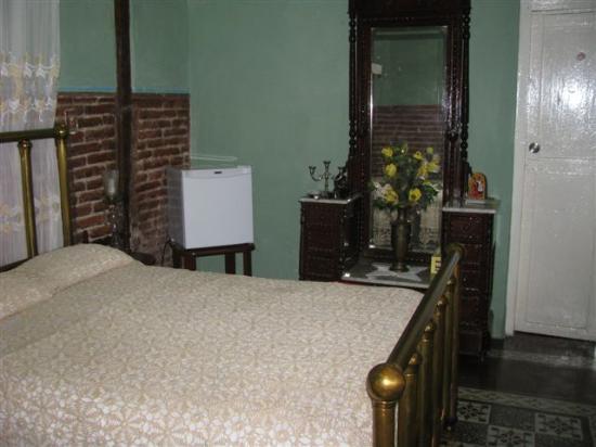 Casa Colonial Maruchi: Our smaller room with door to bathroom