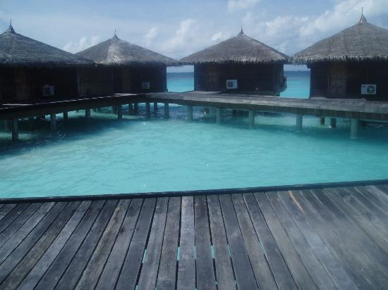 Jumeirah Vittaveli: Walkway to bungalows