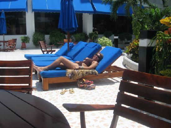 Hotel Arena Blanca: tomando sol en la alberca
