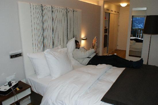 Nevai : bed towards door