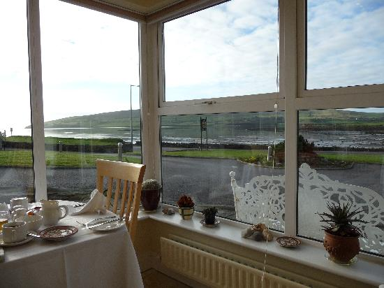 Heaton's Guesthouse: view from the breakfast sun room