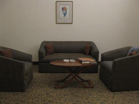 Maidens Hotel: Sitting area in room