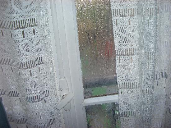 Aux Trois Mulets : Fenêtre pas double vitrage