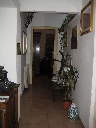Casa Pucci B&B : Hallway leading to our room