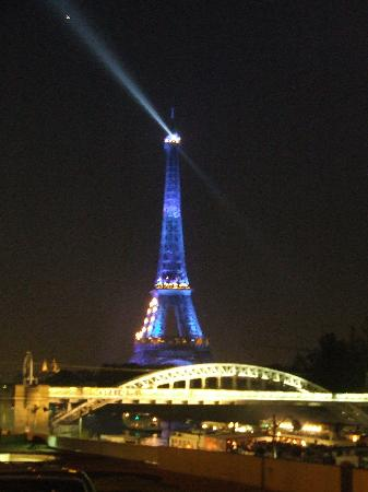 Hotel Auteuil Tour Eiffel: Eiffel Tower at night