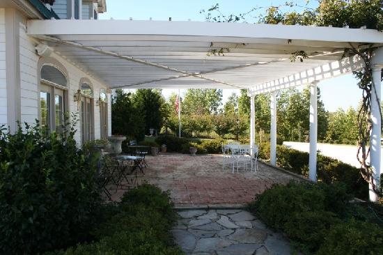 The Red Horse Inn: patio