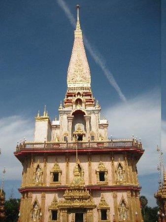 วัดไชยธาราราม (วัดฉลอง): 煌びやかな仏舎利塔