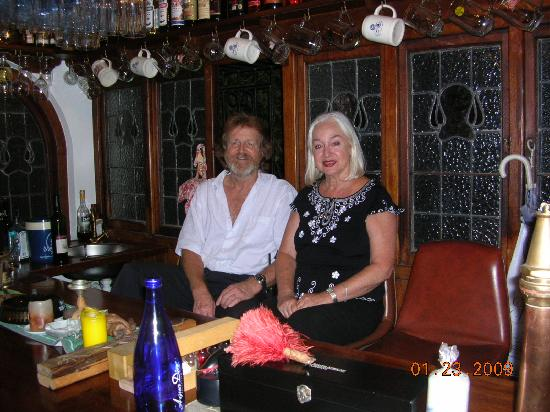 Jambo Guest House: Barry and Mina behind their bar - a wonderful place.