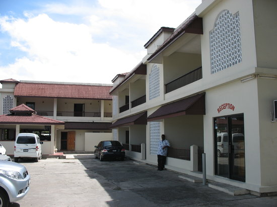 Seaview Apartel: Parking lot and reception area