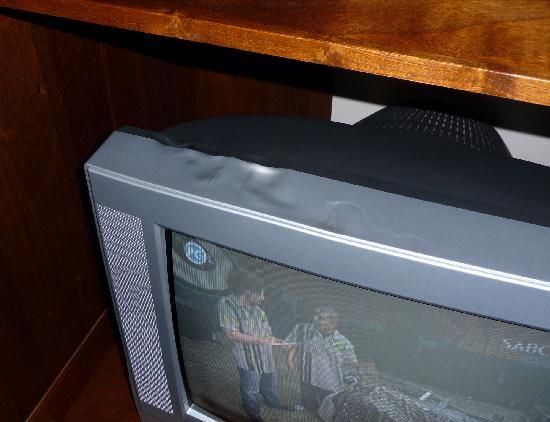 Villa Grande Guest House: Melted TV