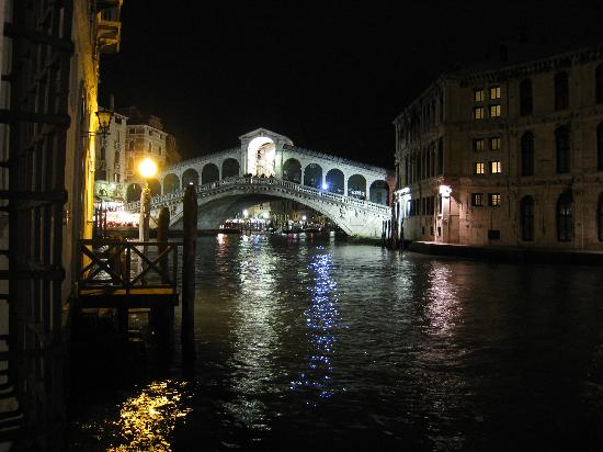 Al Ponte Antico Hotel: Rialto Bridge at night -- from the room