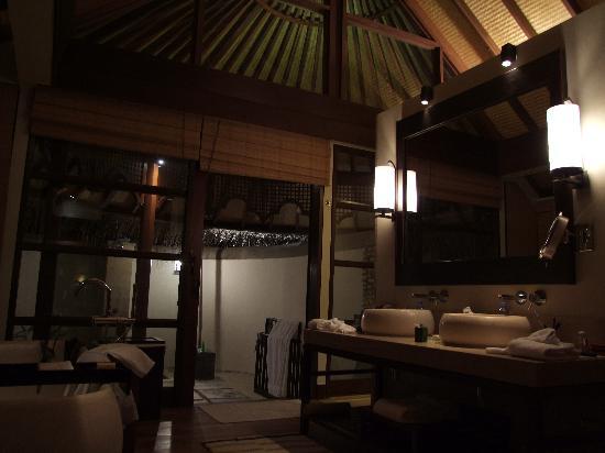 Four Seasons Resort Maldives at Kuda Huraa: Beach Villa Bad