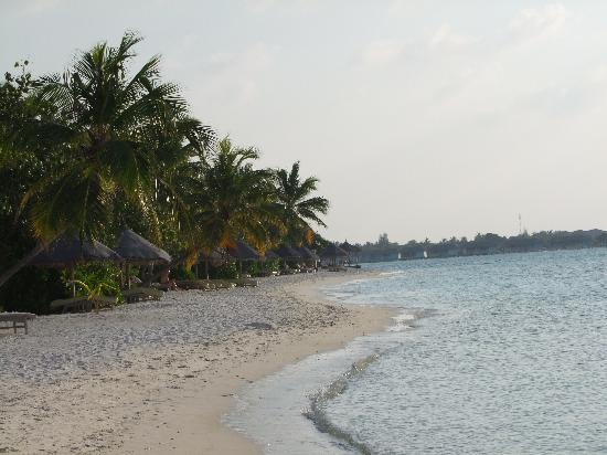 Four Seasons Resort Maldives at Kuda Huraa: Strand Lagunen Seite