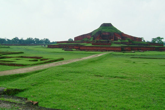 Ruins of the Buddhist Vihara at Paharpur: パハルプール仏教寺院遺跡遠景
