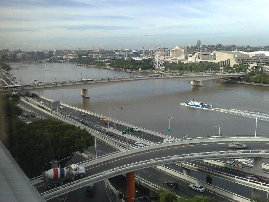 Mercure Brisbane: View downstream and towards Southbank. Great hotel for car spotting!