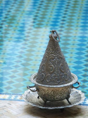 Riad Fes Baraka: Encensoir devant la piscine