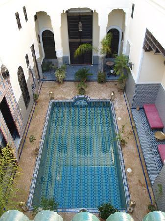 Riad Fes Baraka: Vue sur la cour depuis la terrasse