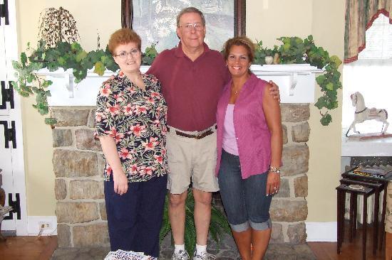 Richmond House Bed & Breakfast: Our gracious hosts Dolores and Tim with my wife Lisa