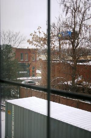 Hotel Avyan: Window view toward I-44