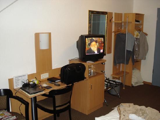 Aria Hotel : Desk and closet