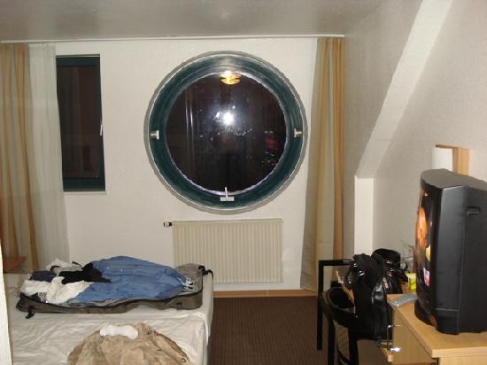 Aria Hotel: Neat Porthole Window