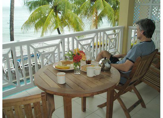 Villa Beach Cottages: Breakast on the Balcony