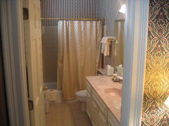 1842 Inn: Bathroom in the Bartram room