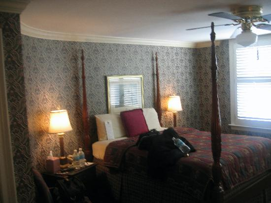 1842 Inn: Bartram room (great bed!)
