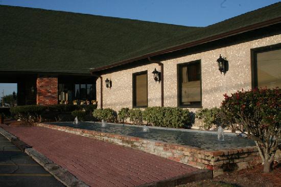 Quail Run Lodge: Front of Lobby