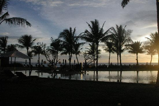 The Samaya Bali Seminyak : Sunset by the pool