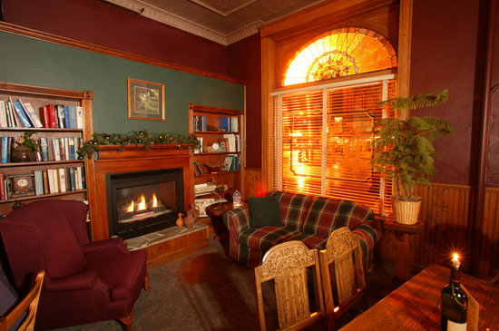 Palmer House Hotel: Lounge with Fireplace