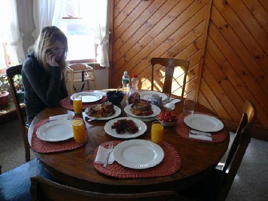 Falkenbury Farm Guest House: Having breakfast in guest house