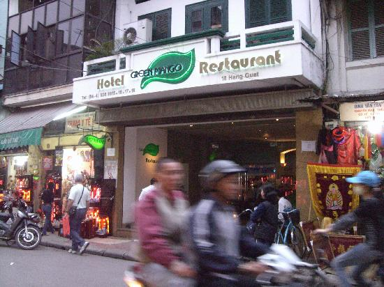 Green Mango Hotel & Restaurant: Bustling neighborhood!!