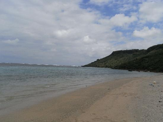 Aragusuku Beach: ゴミを避けて写真をとってみたけど・・・やっぱり写ってた。
