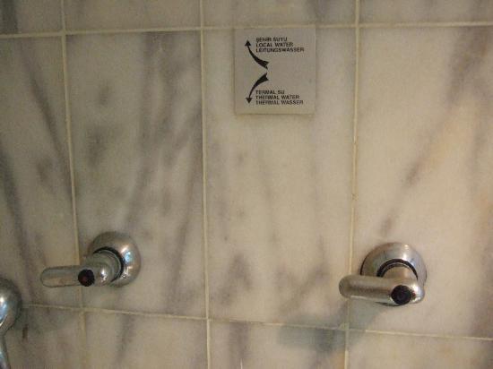 Kaya Izmir Thermal & Convention: お風呂の温泉と水道水の切り換え表示です。