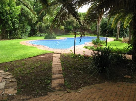 Country Hideaway Guest House: The pool and braai area