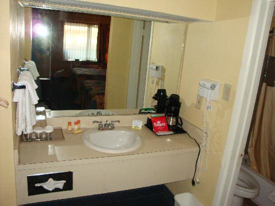Days Inn San Antonio Alamo/riverwalk: Sink and amenities.