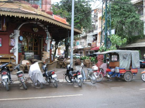 Paragon Hotel: Honest Tuk Tuk's nearby and great cafe on the corner to eat