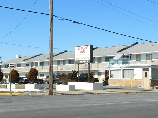 Oceanic Inn: The motel's exterior during the winter months.