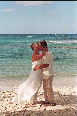 The Palms at Pelican Cove : Kiss on the beach