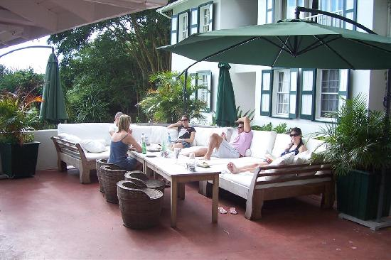 Hampshire Hotel – Queen's Garden Resort : Lounge and bar area.