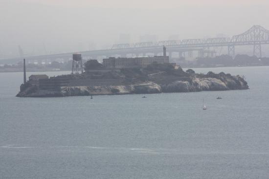Il émane toujours dAlcatraz, ancienne prison fédérale juchée sur une île dans la baie de San Francisco, une ambiance inquiétante.