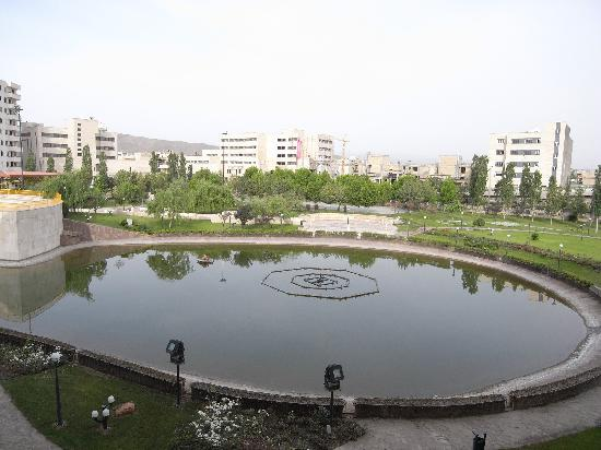 Pars International Hotel: The lake at the back of the hotel