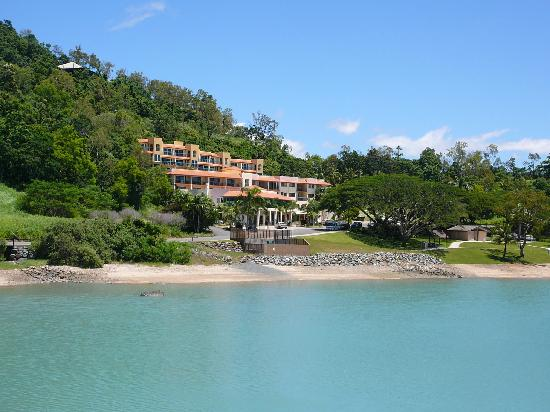 shingley beach resort from walkway into airlie beach. Black Bedroom Furniture Sets. Home Design Ideas