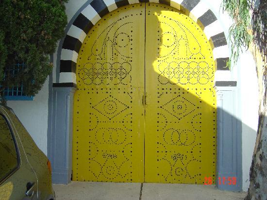 une porte jaune photo de sidi bou said gouvernorat de tunis tripadvisor. Black Bedroom Furniture Sets. Home Design Ideas