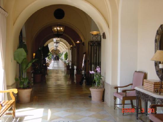 Hotel Nikko Alivila Yomitan Resort Okinawa : 回廊。