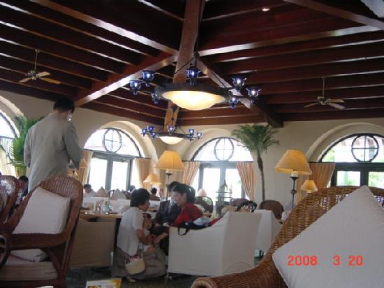 Hotel Nikko Alivila Yomitan Resort Okinawa : ティールーム。クッションがふんだんに用いられていた。