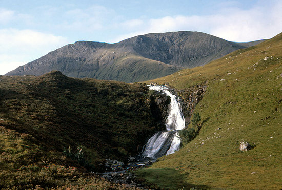 Isle of Skye, UK: Waterfall near Loch Ainort